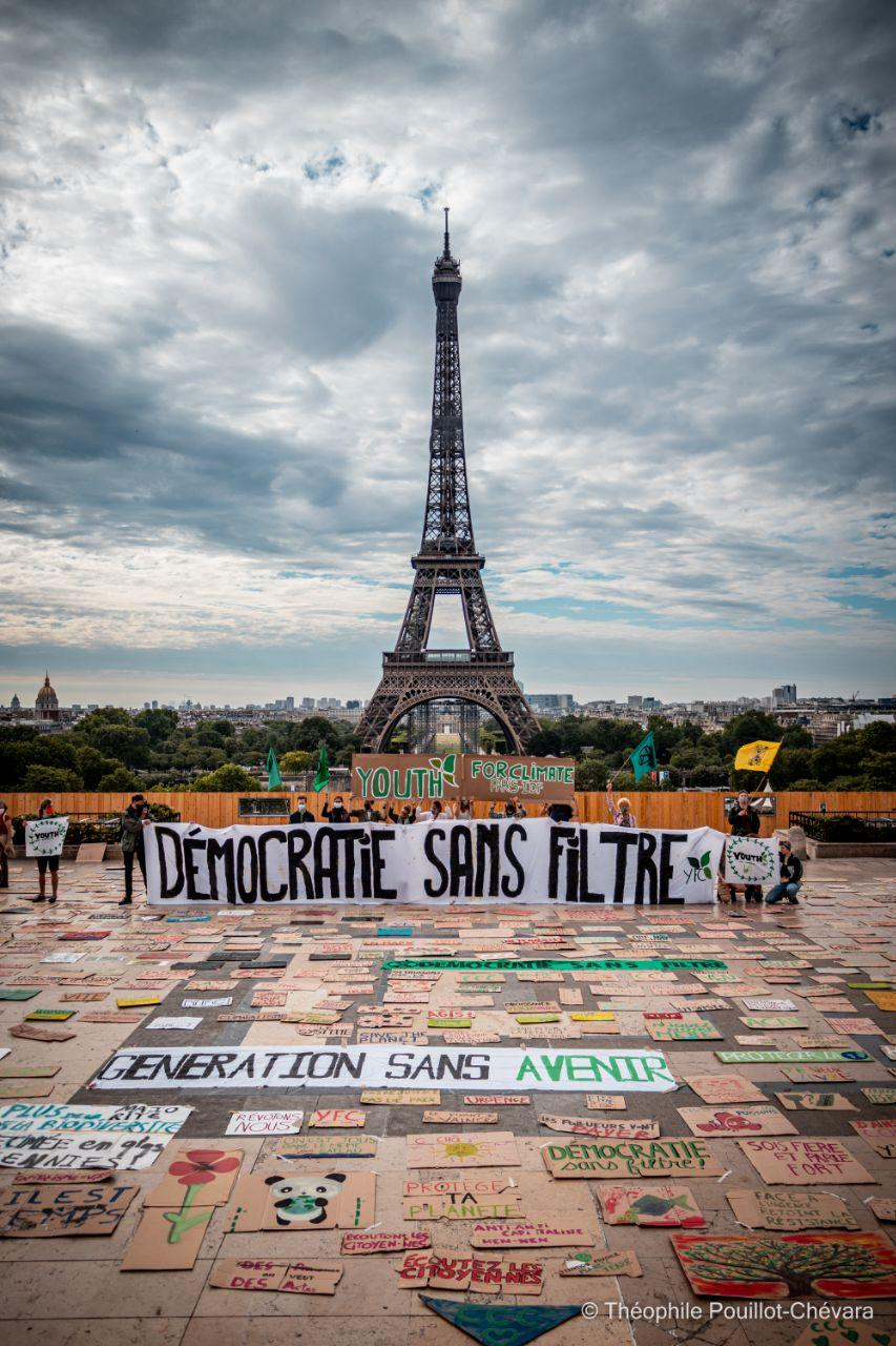 """Action """"pancartes"""" devant la Tour Eiffel à Paris, par les militants de Youth for Climate Paris / Ile de France, le 21 juin"""